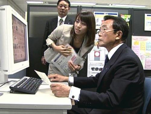 特許庁視察する麻生氏